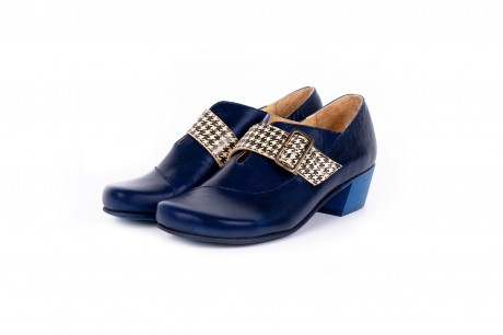 Low heel navy blue shoes