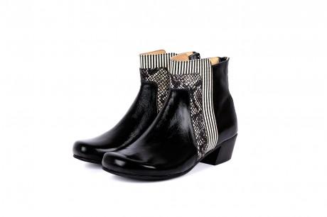 Low heel wide boots black