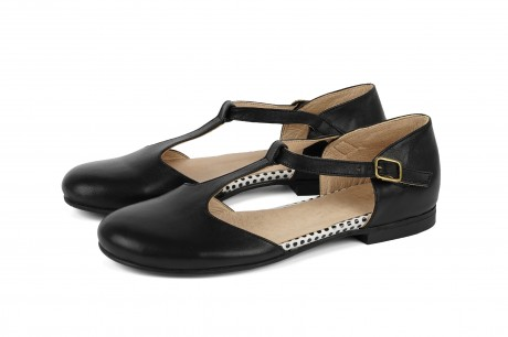 Closed toe T-strap sandals black