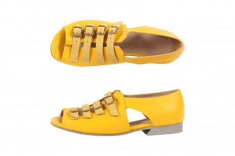 סנדלים צהובים שטוחים