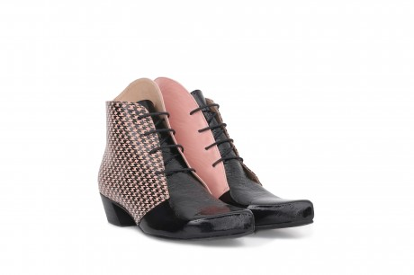 Low boots in black and pink