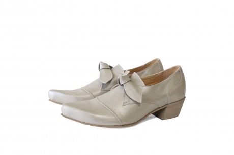 Silver bow shoes with low heel